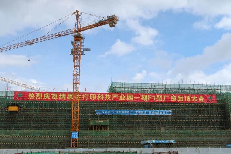 Nach nur einem guten Jahr Bauzeit ist eine riesige Fabrikhalle fertig gestellt.